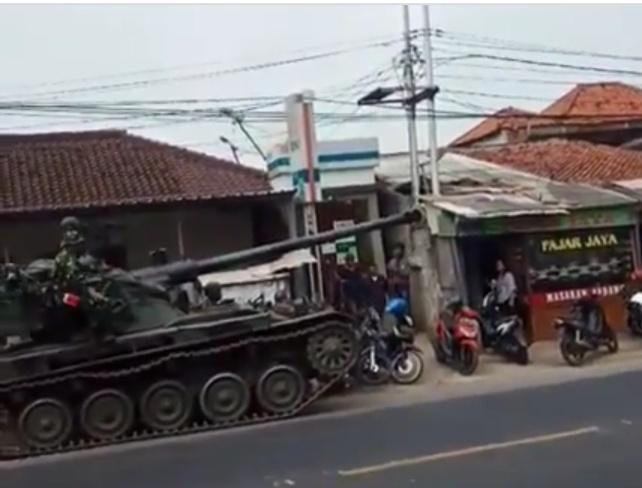 Tergelincir Tank AMX-13 Milik Yonkav 4/Tank Tabrak Rombong dan Sepeda Motor