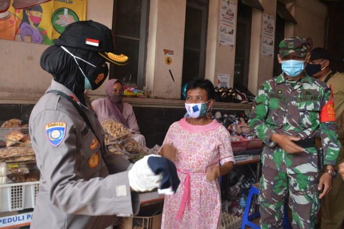 Ribuan Masker Dibagi ke Pengunjung dan Pedagang Pasar