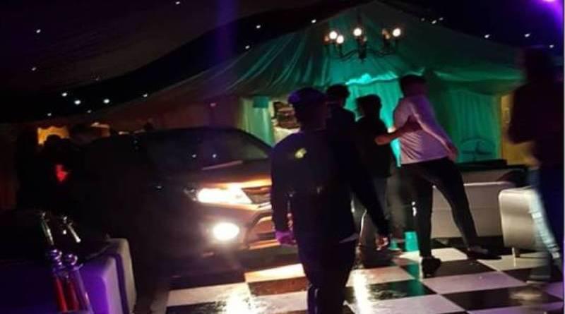 O mașină a intrat într-un club din Marea Britanie rănind mai multe persoane