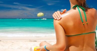 STUDIU: Loțiunile de protecție solară cauzează cancer, nu SOARELE