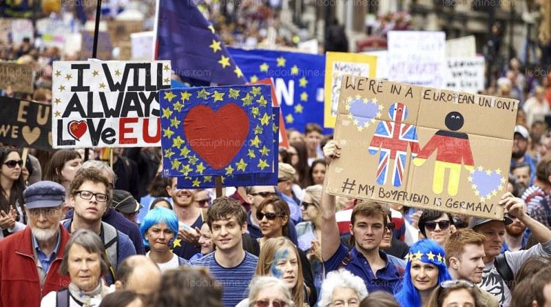 Peste jumătate de milion de britanici au participat la cea mai mare manifestație anti-BREXIT