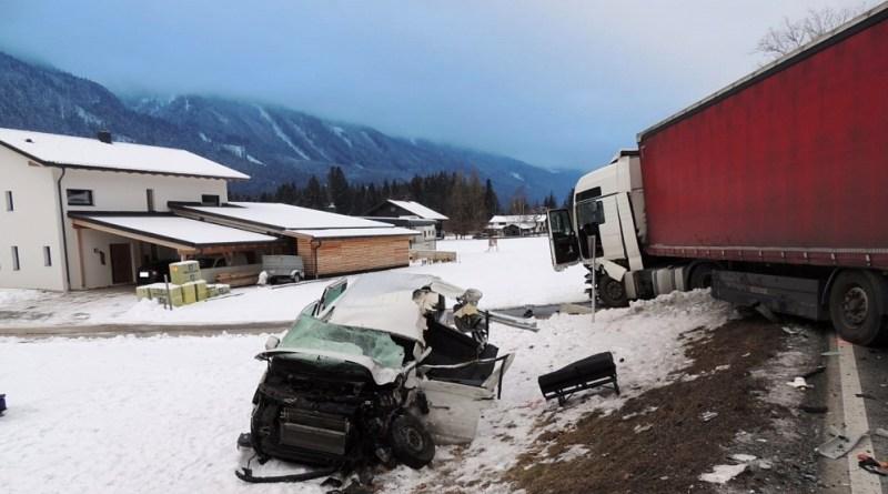 Microbuz cu patru români, lovit de un TIR în Austria