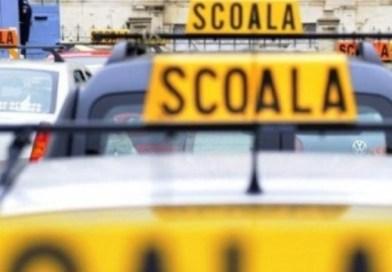 Instructor auto, cu permisul suspendat, prins în trafic în timp ce dădea lecții de condus