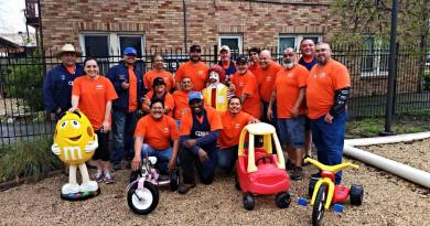 (Image) CPS Energy volunteers lend a helping hand to those in need.