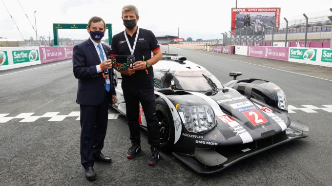 Le Mans 2020 Porsche Hands Over 919 Hybrid Mock Up To French Automobile Club