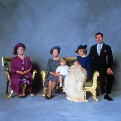 Официальная фотография королевы-матери, королевы Елизаветы II, принца Уильяма, принца Гарри и принца и принцессы Уэльских после церемонии крещения Гарри в 1984 году. У королевы восемь внуков и пять правнуков.