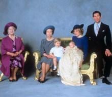 Королева-мать, королева Елизавета II, принц Уильям, Принц Гарри и Принц и принцесса Уэльская после церемонии крещения принца Гарри, 1984