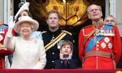 Июня 2015 года: выноса Знамени торжества были немного слишком громко для Джеймс, Виконт Северн, как он закрыл уши между его бабушка, Королева, и дед, Принц Филипп. Фото: Дэнни Мартиндейл/WireImage