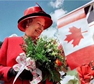Королева Елизавета II улыбается, когда она посещает Боринг-Парк в Сент-Джонсе, Ньюфаундленд, на третий день 10 - дневного официального визита в Канаду, 1997