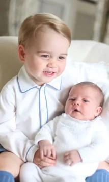 Май 2015: первый взгляд на британских королевских братьев и сестер вместе! Принц Джордж и его маленькая сестренка Принцесса Шарлотта позировали для очаровательной хватки, сделанной их матерью Кейт Миддлтон у себя дома в Кенсингтонском дворце в Лондоне. Фото: Getty Images