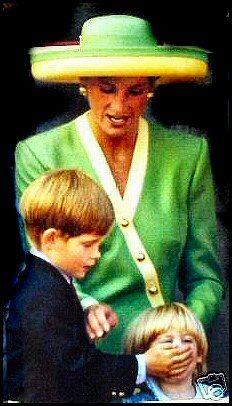 Принц Гарри с рукой над ртом принцессы Беатрис. Диана пытается остановить его, лол!