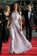 Платье Александра Маккуина платье, обувь и клатч Jimmy Choo, серьги, заимствованные у королевы Елизаветы II