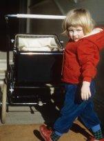 Маленькая Диана катит свою коляску в Парк-Хаусе в Сандрингеме, Норфолк