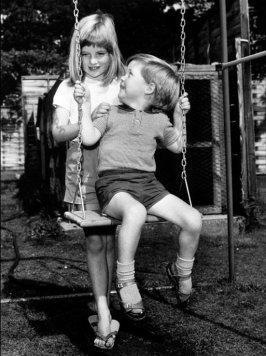 Диана и ее брат Чарльз на качелях в 1967 году