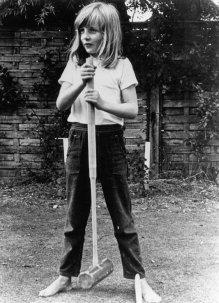 Леди Диана Спенсер позирует с молотком для крокета в 1970 году