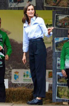 20 октября 2018. Королева посетила город Моал с королем Фелипе в идеальной синей блузке на пуговицах, которую она сочетала с брюками с высокой талией и черными топсайдерами.