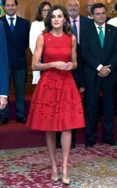 19 октября 2018. Королева Летиция присутствовала на премиях принцессы Астурии в Овьедо с королем Фелипе в потрясающем классическом красном платье с кружевными вставками.
