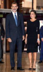 18 октября 2018. Королева присутствовала на заключительном концерте 27-й музыкальной недели в простом черном платье с оборкой на талии.
