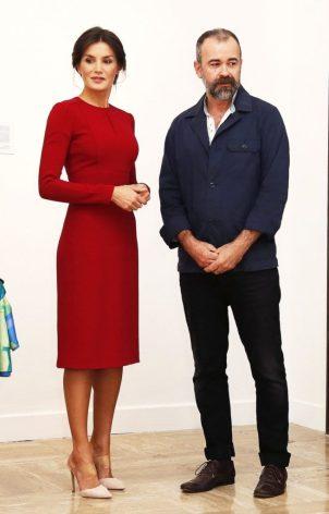 16 октября 2018. Королева Летиция посетила саммит Всемирного дня еды в Риме, надев красное платье-футляр с длинным рукавом.