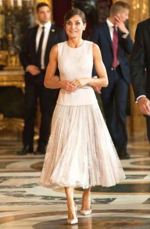 12 октября 2018 На приеме в Королевском дворце в Мадриде Летиция отметила Национальный день Испании в ансамбле Фелипе Варела.