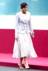 12 октября 2018 Королева ошеломила в кружевной юбке Felipe Varela и двубортном блейзере на Национальном военном параде Испании.