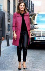 4 октября 2018 Королева Летиция выступила на Всемирном дне Красного Креста в Мадриде в красном пальто с рисунком Atos Lombardini и черных кожаных леггинсах.