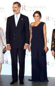 20 сентября 2018 В опере в полуночном синем комбинезоне Педро дель Йерро с драматическим шлейфом, клатчем Фелипе Варела, замшевыми туфлями Nina Ricci и серьгами Bulgari aquamarine.