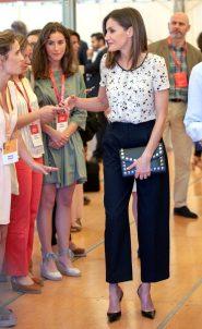 29 июня 2018 Испанская королевская особа в топе Massimo Dutti с черными брюками на конференции Rescatadores De Talento.