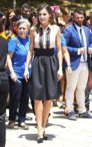 27 июня 2018 Вернувшись в Испанию после ее поездки в США, королева появилась в розовой блузке Hugo Boss без рукавов с высокой талией и черной юбке Steve Madden.