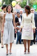 21 мая 2018 Королева Летиция надела белое платье Carolina Herrera в черный горошек во время официального визита в Доминиканскую Республику.