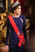 16 апреля 2018 Королева Летиция носила темно-синее платье, украшенное жемчугом от Ana L Lockinging.