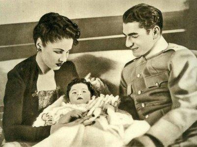 Шах Ирана Мохаммед Реза Шах Пехлеви с женой и дочерью | Фото: aeslib.ru