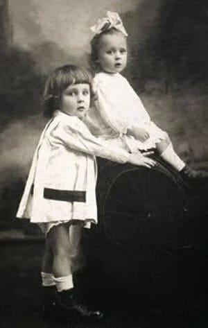 Брат и сестра Кирилл и Наталья Искандер, праправнуки императора Николая I. 1919 год, Ташкент.