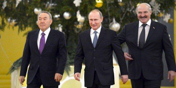Слева направо: Президент Казахстана Нурсултан Назарбаев, президент РФ Владимир Путин, президент Белоруссии Григорий Лукашенко