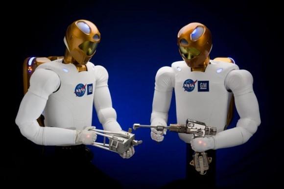 R2 и D2? НАСА и General Motors объединились, чтобы развить следующее поколение ловких гуманоидных роботов. Роботы – названные Robonaut2 – были разработаны, чтобы использовать те же самые инструменты что и  люди, что позволяет им работать безопасно бок о бок с людьми над Землей и в космосе. Фото: НАСА