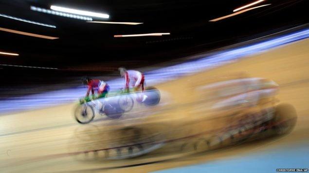 Гонщицы, участвующие в финале заезда женской гонки на трассе, на чемпионате мира по велоспорту в Санкт-Квентин-ан-Ивелин, недалеко от французской столицы Парижа