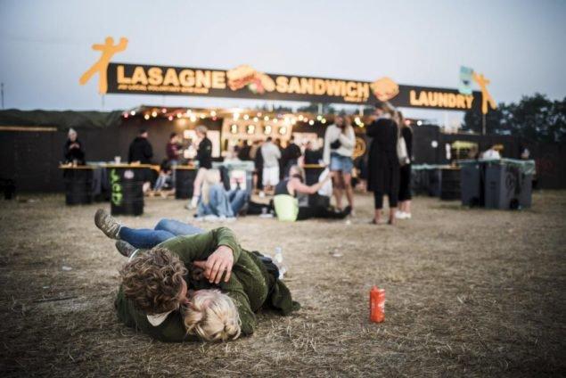 Пара в объятиях рано утренними часами на Фестивале Роскилл, в Роскилле, Дания, 4 июля 2015. REUTERS/Simon Laessoee/Scanpix