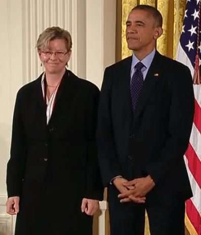 Черрі Мюррей отримує Національну медаль у галузі технологій та інновацій на врочистій церемонії 20 листопада 2014 року.