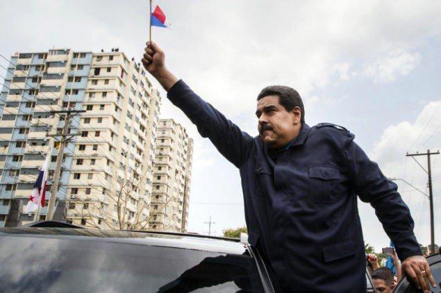 Президент Венесуели Ніколас Мадуро розмахує мініатюрним панамським прапором з автомобіля після відвідування церемонії біля пам'ятника, який шанує жертв американського вторгнення у тисячу дев'ятсот вісімдесят дев'ятому.