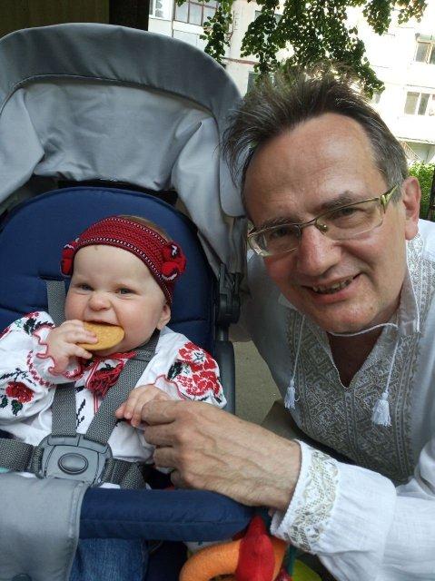 дідо-східняк з онукою