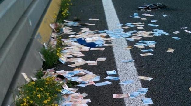 Έβρεξε ευρώ σε εθνική οδό