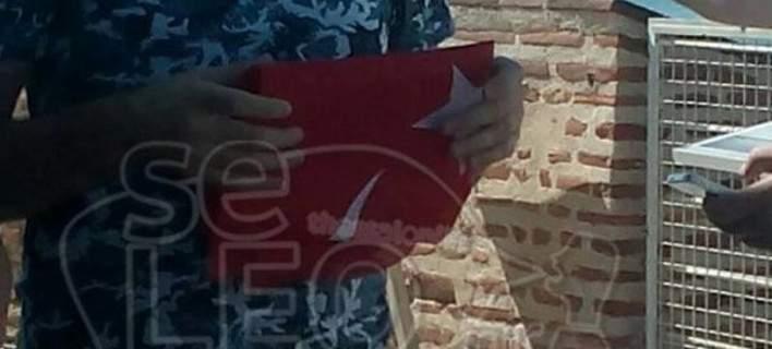θεσσαλονίκη : Τούρκοι προσπάθησαν να φωτογραφηθούν με την τουρκική σημαία στον Λευκό Πύργο [εικόνες]