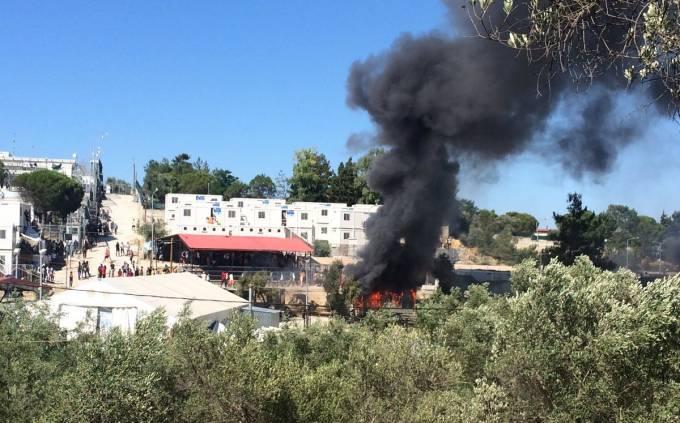 Εξέγερση λαθρομεταναστών στην Μόρια της Λέσβου: Φωτιές και επιθέσεις κατά Αστυνομικών-Πυροσβεστών ΒΙΝΤΕΟ