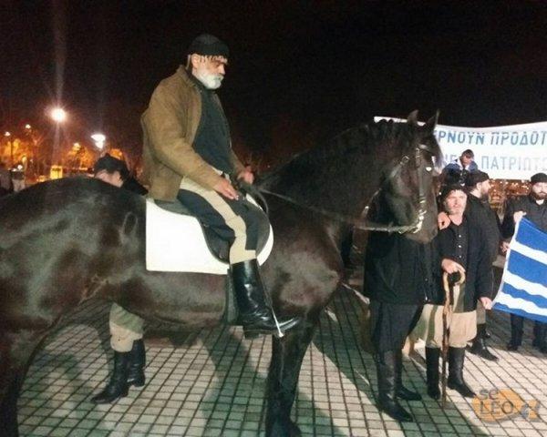 ΤΩΡΑ: Συγκέντρωση Κρητικών – Βρακοφόροι πάνω σε άλογα για το συλλαλητήριο της Θεσσαλονίκης (ΦΩΤΟ)