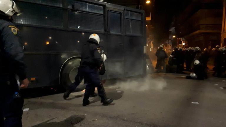 ΘΕΣΣΑΛΟΝΙΚΗ ΤΩΡΑ…!!! Επεισόδια στην Ανατολική Θεσσαλονίκη ΓΙΑ ΤΗΝ ΜΑΚΕΔΟΝΙΑ – Συγκρούσεις αντιεξουσιαστών και ΜΑΤ!