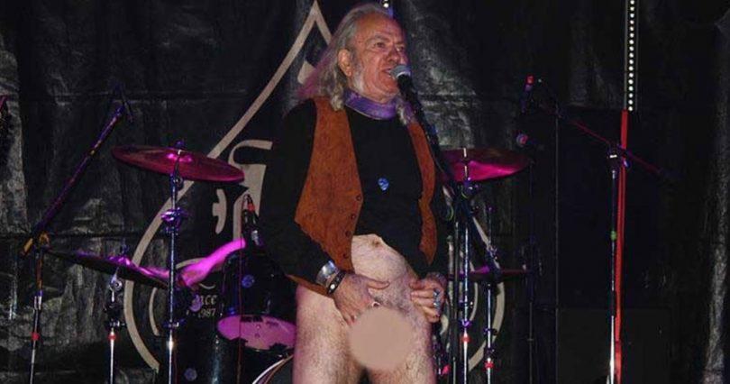 Έλληνας τραγουδιστής έδειξε το πέος του σε συναυλία και το αφιέρωσε στους χουντικούς