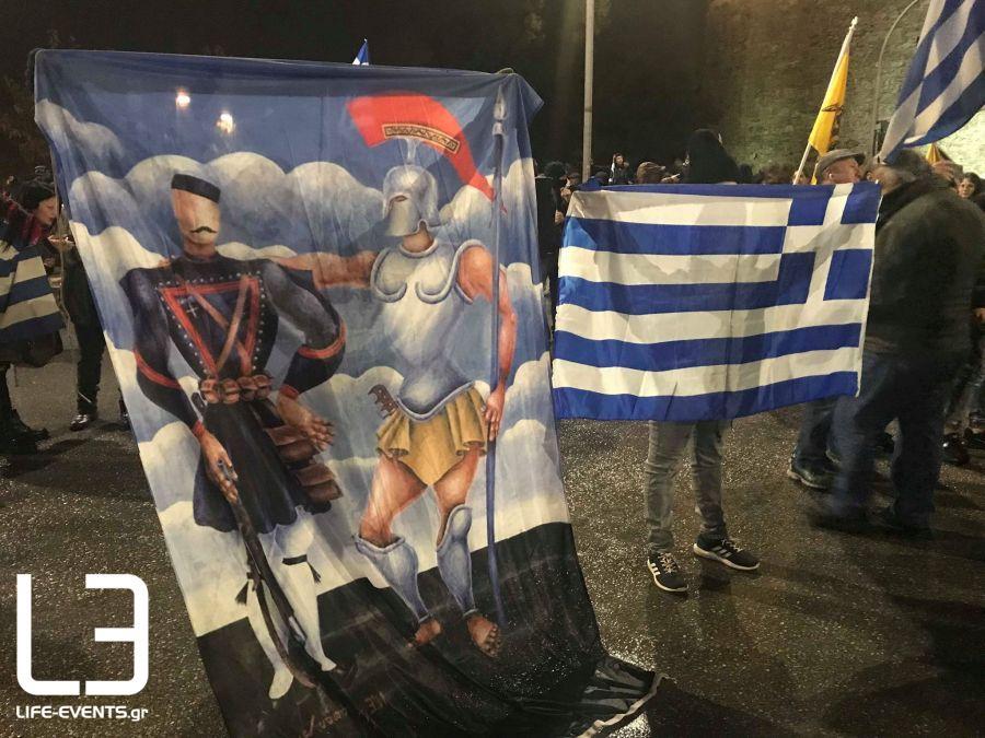 Σε εξέλιξη οι διαμαρτυρίες για τον Α.Τσίπρα – Πατριώτες στον Λευκό Πύργο κατά της Συμφωνίας των Πρεσπών – Γιουχάρουν τους ΣΥΡΙΖΑίους