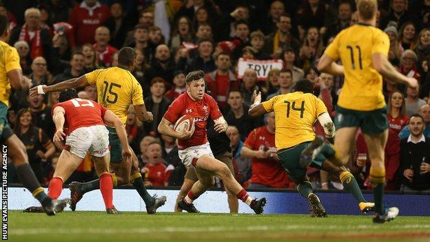 Beale's steal helps slick Australia to 13th straight win over Wales 18