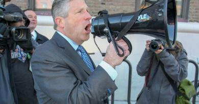 De Blasio gets earful from angry cops after NYPD contract impasse 1