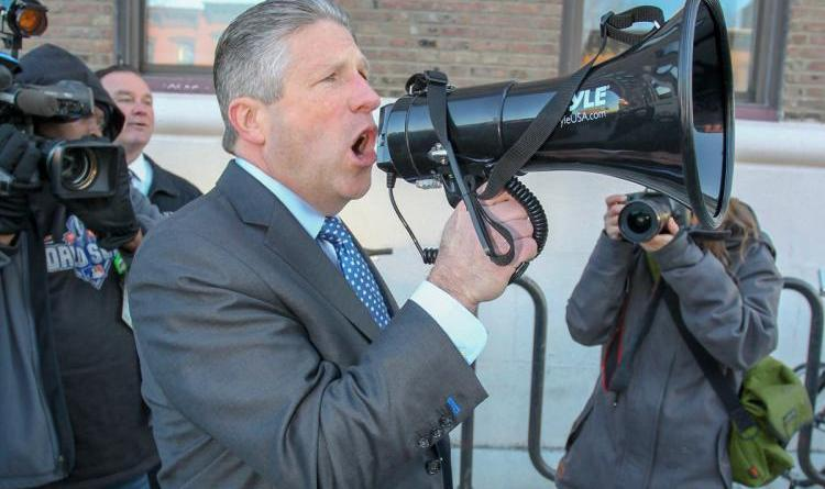 De Blasio gets earful from angry cops after NYPD contract impasse 11